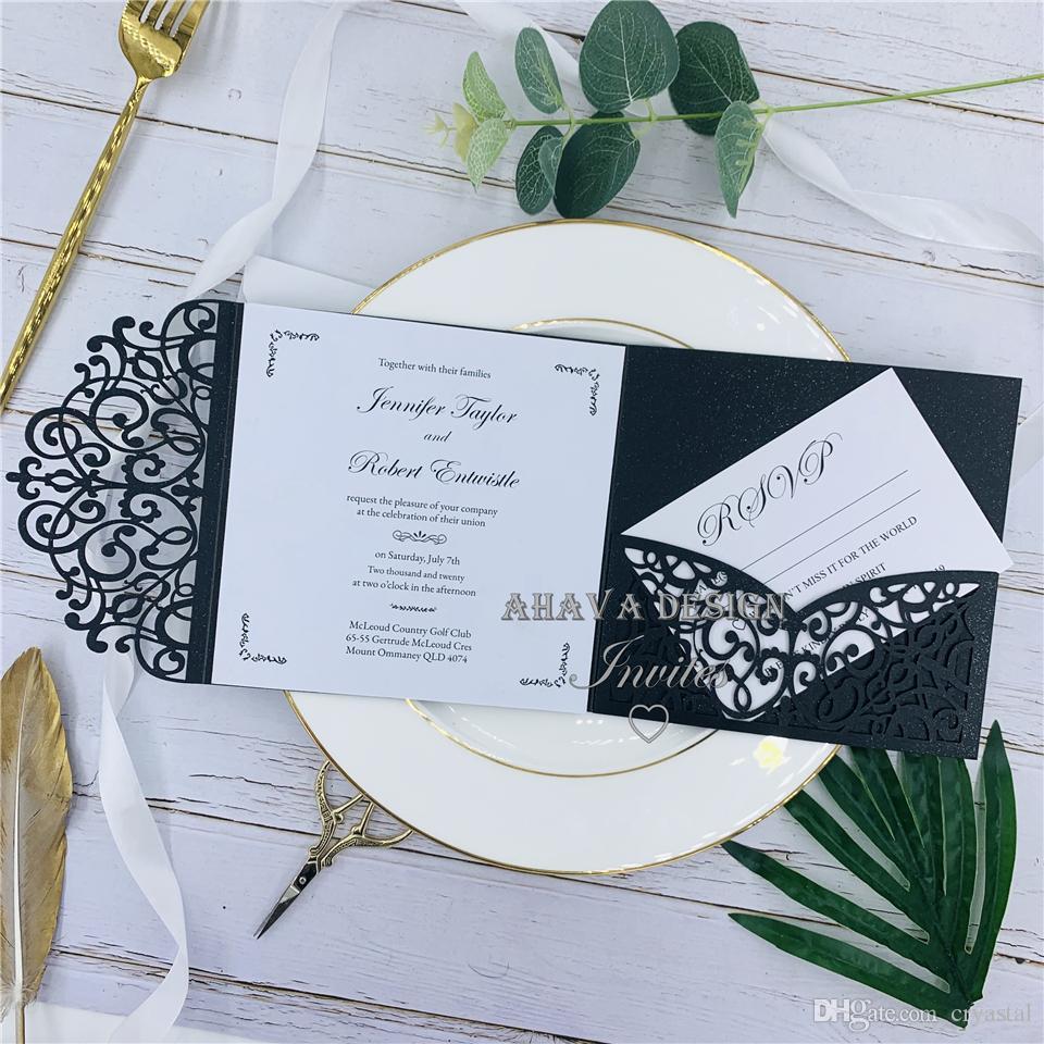 Herrliche Schwarzweiss-aser Schnitt-Hochzeit lädt mit kundengebundener Bauch-Band UAWG-Karte ein, Blumen-elegantes quadratisches Party lädt ein