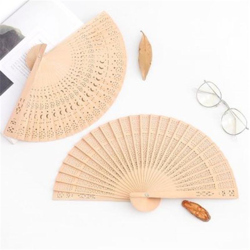 I fan 50pcs mano di favore di partito di bambù Fan di legno artigianato Arte pieghevole intagliato estive accessorio Matrimoni parti trasporto libero