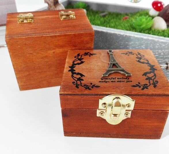 Fashion Hot Exquisite Handkurbel Musical Box Retro Vintage hölzerne Spieluhr 4Different Muster für Option Schöne dekorativen Muster
