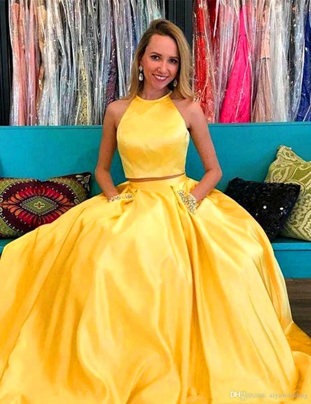 2019 Simples Vestidos de Noite Amarelo Cetim Duas Peças Vestidos de Baile Aberto Para Trás Crew Sem Mangas Frisado Lantejoulas Bolsos Vestidos de Festa À Noite