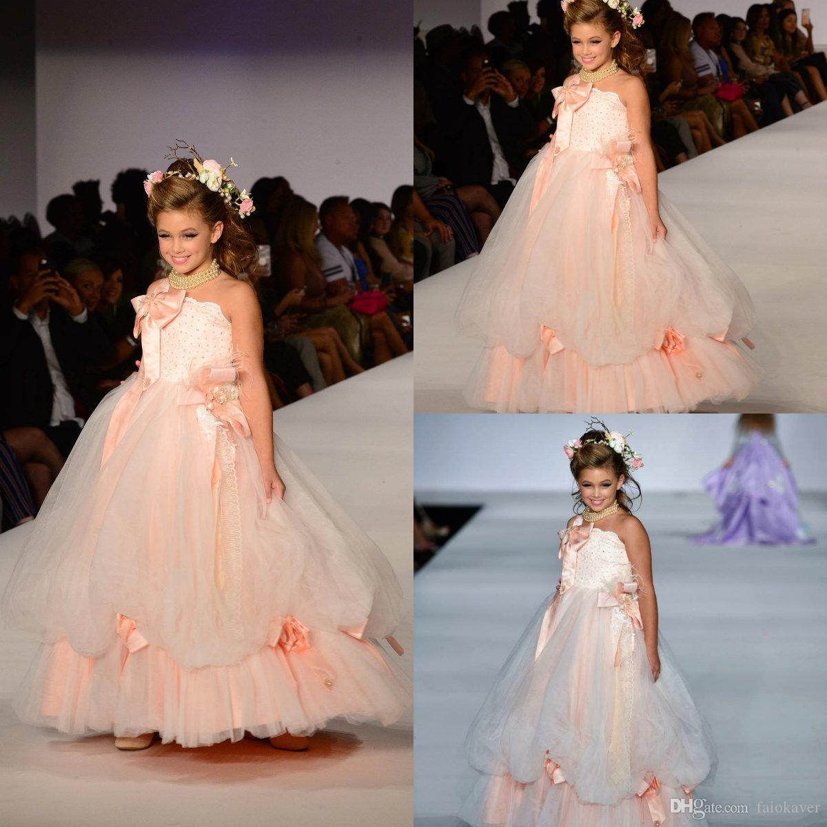 Robes de fille de fleur rose mignonnes sans bretelles avec de grandes perles d'arc Une robe de filles en ligne robes de tout-petits premières robes de communion pour la noce