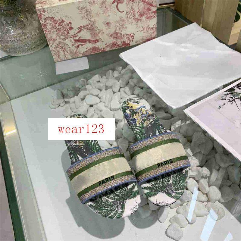 Последние дизайнерские тапочки Dazzle Цветы Женщины Сандалии Вьетнамки Полосатый пляж Причинные обувь Вышивка сандалии