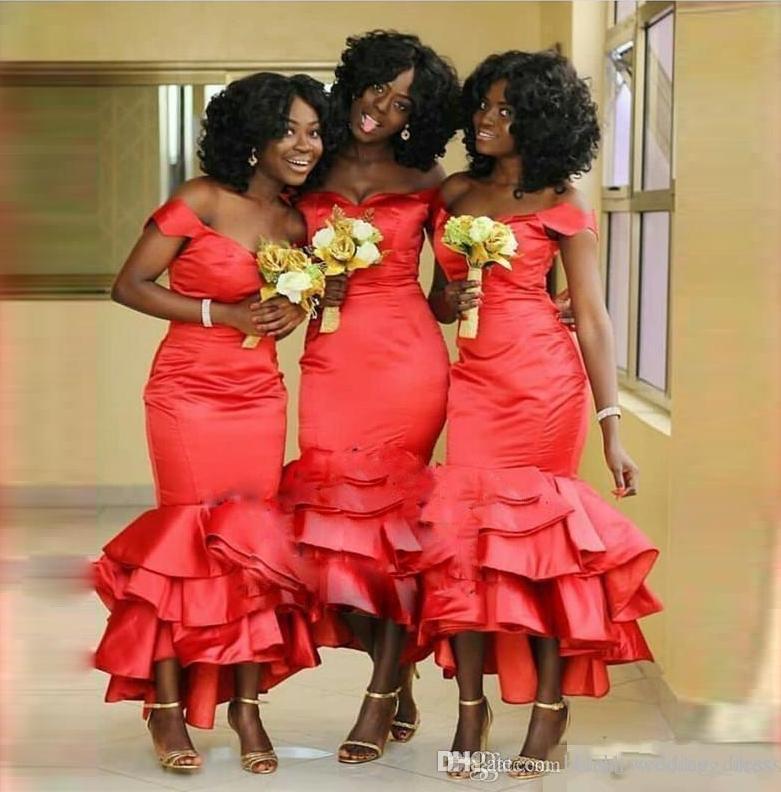 Vestidos de damas de honor de sirena roja africana fuera del hombro más el tamaño Longitud de té Vestidos de dama de honor Vestidos de baile de boda de satén con gradas