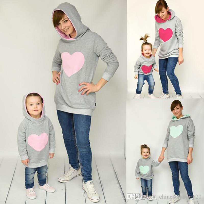 La madre del bebé Hija sudaderas con capucha del corazón impreso Lentejuelas mamá niñas Coincidencia de la camiseta de la familia Mismo vestido sudaderas con capucha para niños adultos suéter