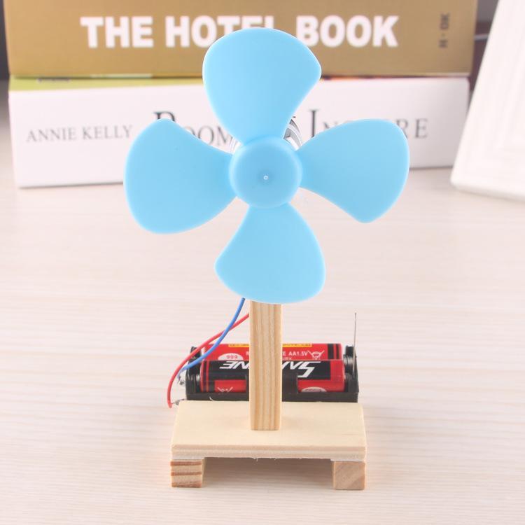 تكنولوجيا DIY إنتاج اختراع عصامي بسيطة التجربة المادية صغيرة لعبة مروحة كهربائية اليدوي التجمع المادي