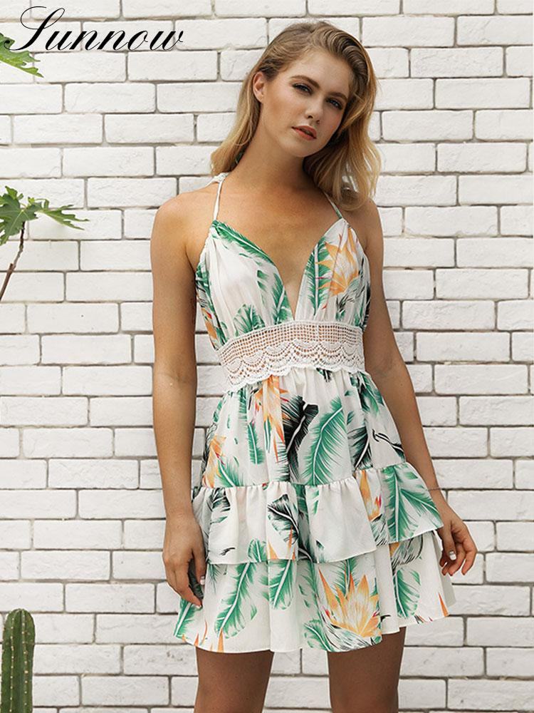 SUNNOW vestido 2019 del verano de la correa de espagueti atractivo de la playa de las mujeres del nuevo cordón de vacaciones vestidos de las señoras de las colmenas del cuello en V Vestido estampado