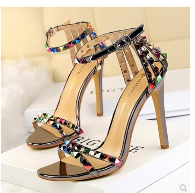 женщины кожа шпилька сандалии T-ремешок сандалии летние высокие каблуки заклепки обувь женская сексуальные ботинки партии Rivet пятки сандалии для женщин