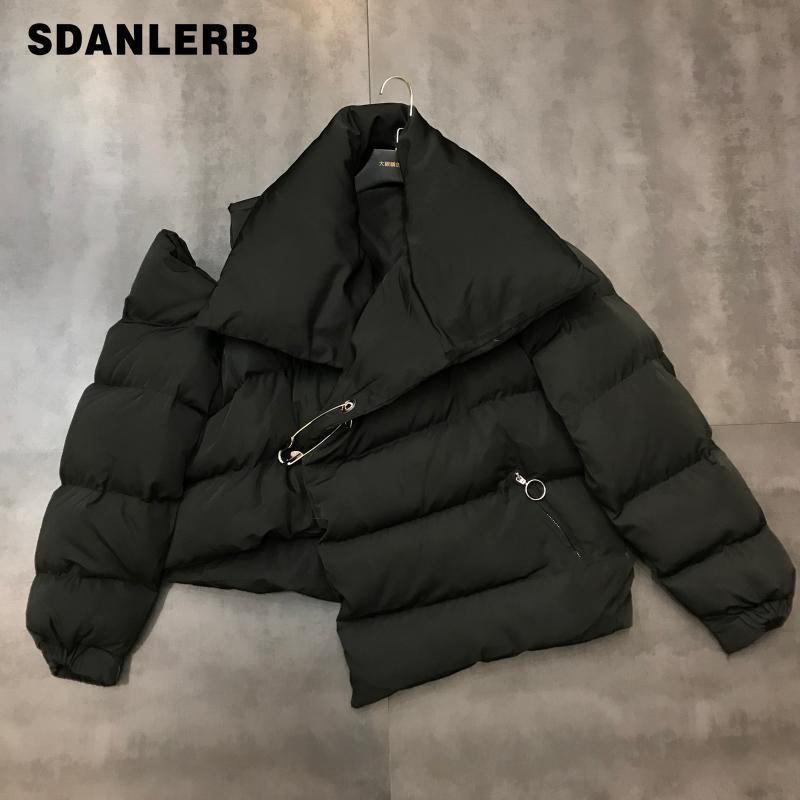 2019 Invierno Nueva solapa grande Off-hombro Pin Diseño caliente de la burbuja de algodón acolchado chaqueta de la capa corta de las señoras Blanco Negro Parka