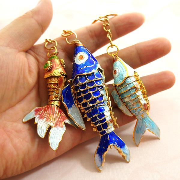 10pcs 5.5cm Vivid Swing Smalto Smalto Cute Fish Keychain Favori di nozze Regalo per gli ospiti Pesce Goldfish Koi Charms di pesce per portachiavi Portachiavi con scatola