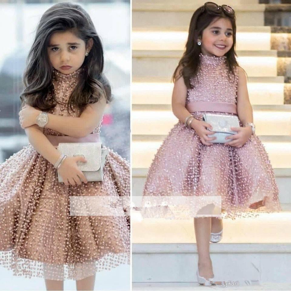 Dusty Princess Pink meninas bonitos Pageant Dresses A Linha Pérolas festa de aniversário do Pageant frisada Flor Curto Girl Dress Árabe usar vestido do baile de finalistas