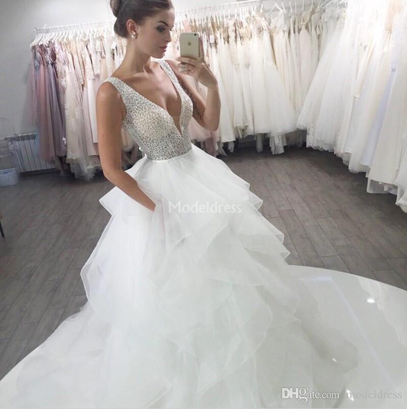 매력적인 2019 웨딩 드레스 깊은 V 넥 구슬 계층 A 라인 스윕 기차 나라 신부 가운 독특한 디자인 Graden의 성 Vestidoe 드 Noiva