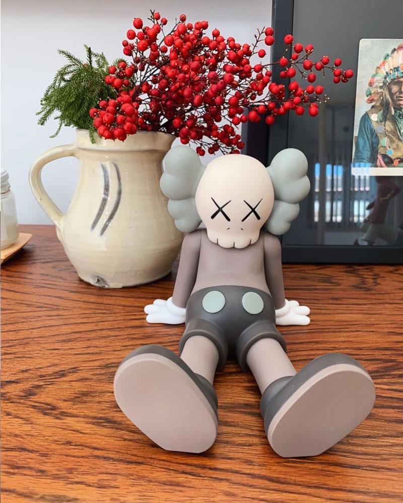 Nuovi arrivi 23cm 0.8kg Originalfake KAWS Companion metà sdraiato stile di vacanza per la scatola originale KAWS Action Figure modello decorazioni giocattoli regalo