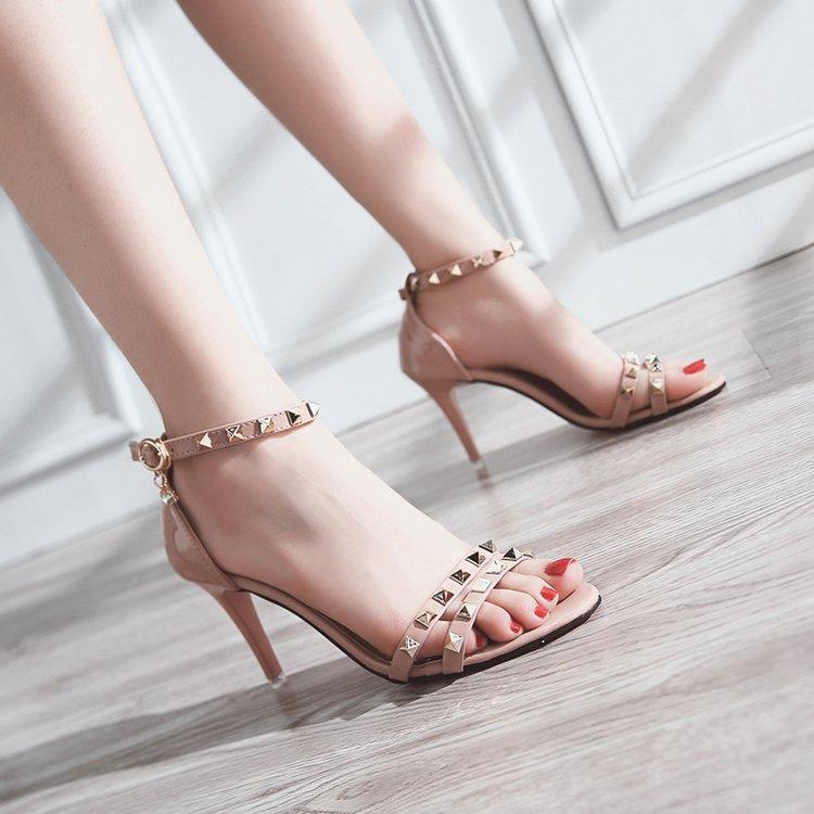 2019 여름 새로운 한국어 굽 높은 샌들 패션 다양한 스틸 오픈 발가락 리벳 중공 여성의 신발 버클