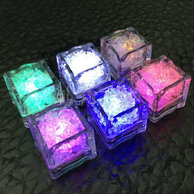 Polycherome colori Flash cubetto di ghiaccio in flash illuminano cubetto di ghiaccio di piombo per bevanda bianca della novità Night Lights partito luce del LED per club bar pub KTV