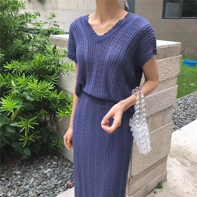 Южнокорейская фигура тщательно загружает короткий рукав вязаного костюма-двойки юбки
