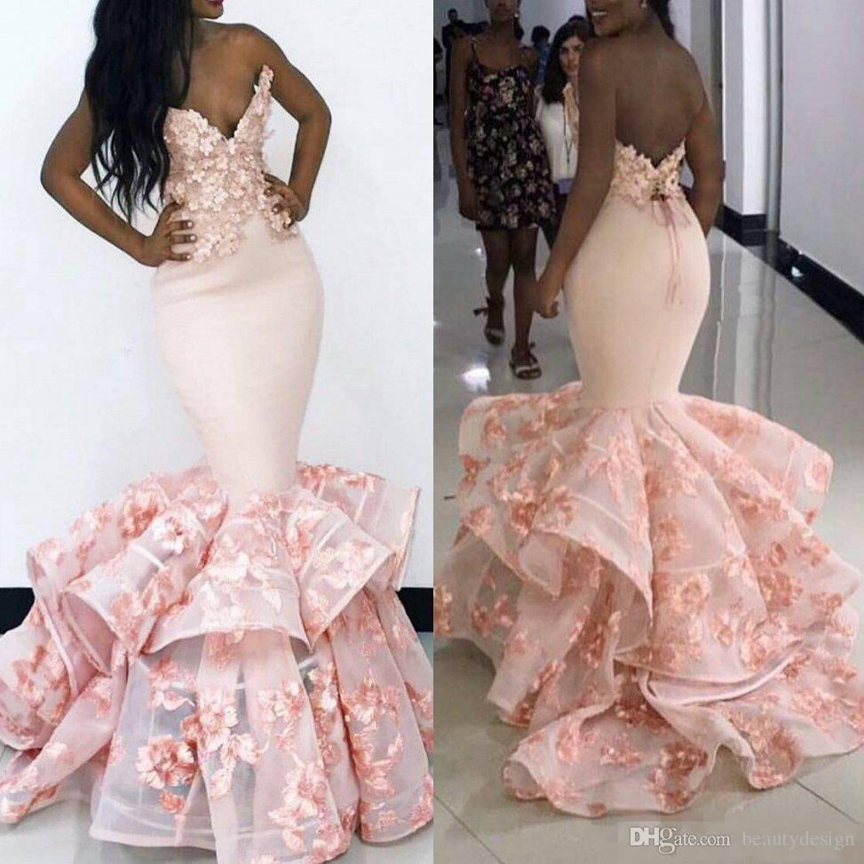Afrikanska sjöjungfrun kvällsklänningar 2019 sexig rosa älskling Baklösa evenemang Prom-klänningar Blommorapplikationer Tiered SweepTrain Formell Party Dresses