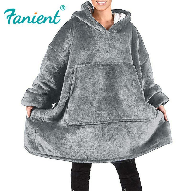 النساء يغطين رداء الملابس الشتوية بملابس الشتاء المغطاة بقلنسوة في الهواء الطلق ... ... دافئمرتاح ... ... ربيبالحمامالمريحالميلادالبطانيالصوفسوديرا Mujer