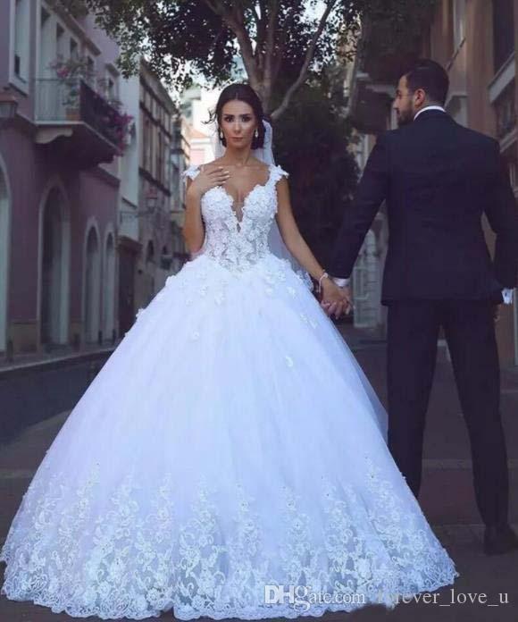 터키 화려한 화이트 레이스 라인 웨딩 드레스 아랍어 2019 섹시 브이 넥 Appliques 법원 기차 정원 웨딩 신부 공 가운