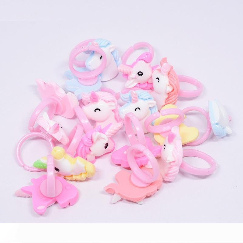 Bir Karikatür Unicorn At Çocuk Parmak Yüzük Parti Misafir Bebek Parti WB109 Malzemeleri için Kostüm Doğum Günü Partisi Hediye Yana
