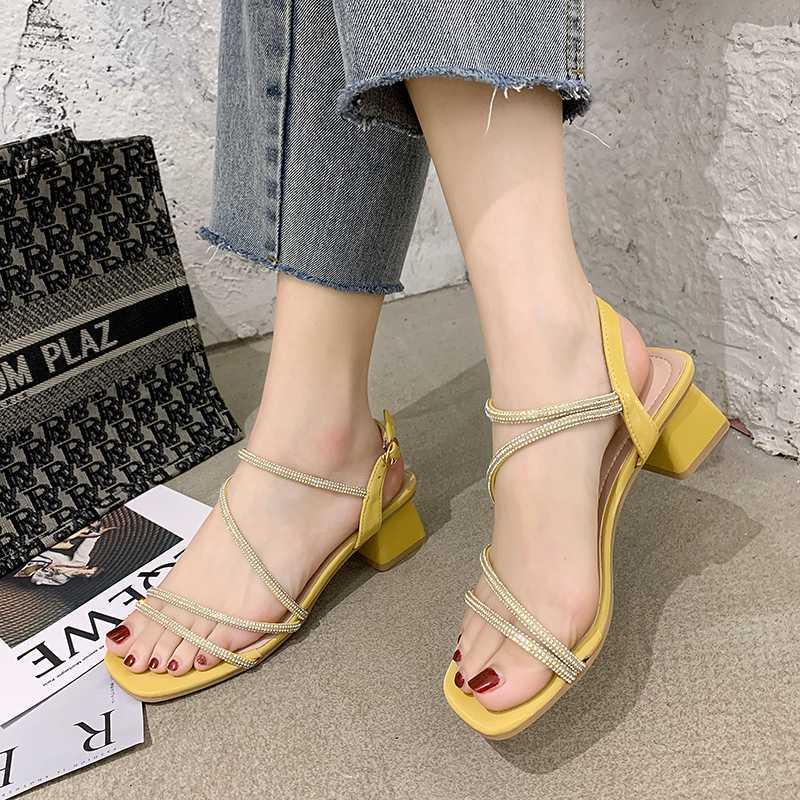 Cristal bande étroite talon moyen sandales femmes talon épais couleurs bonbons Chaussures ouvertes Sandales Femmes Summer Fashion Party Talons 2020