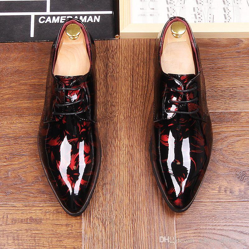 가을 남성 드레스 뾰족한 발가락 꽃 특허 가죽 웨딩 파티 옥스포드 신발 레이스 레드 블루 그린 남성 패션 옥스포드
