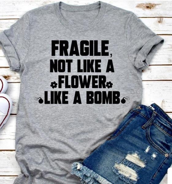 Fragile Not Like A Flower comme une bombe Féministe T-shirt manches courtes Mignon Casual Femmes Gris T Girl Power shirt des cadeaux