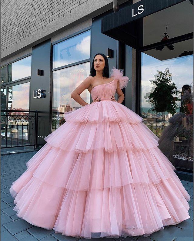 New Arabien Weinlese Hellrosa Promkleider eine Schulter Tulle Tiered Rüschen Ballkleid Puffy Bonbon 16 Partei-Abschlussball-Kleid-Abend-Kleider