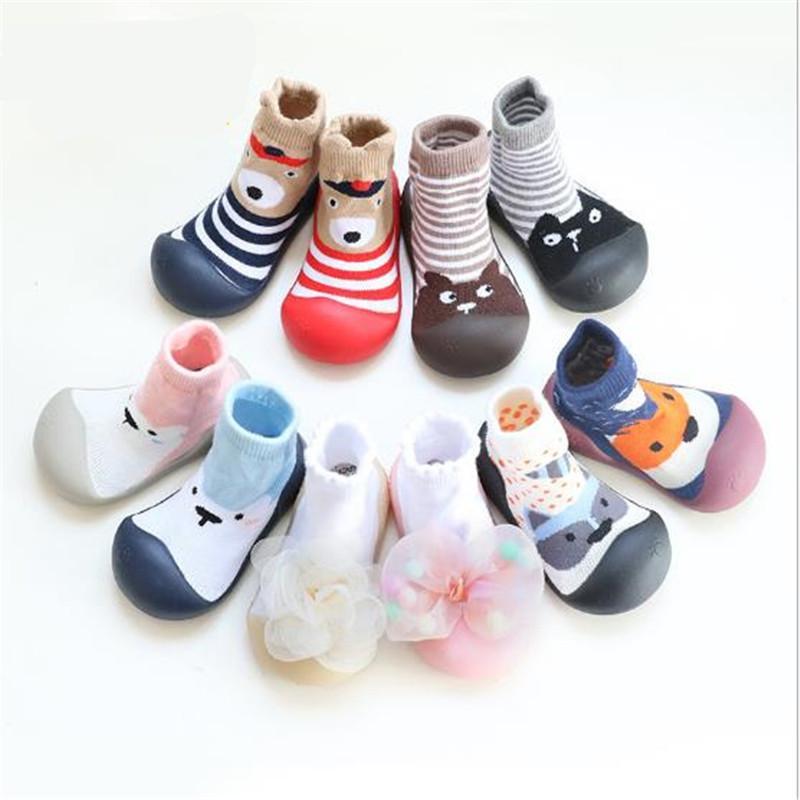 Neonata Boy Attipas stesso disegno della scarpa da tennis comodi molli Bebe fumetto Primi camminatori Marca antiscivolo in gomma Bambino Calze Scarpe CY200512