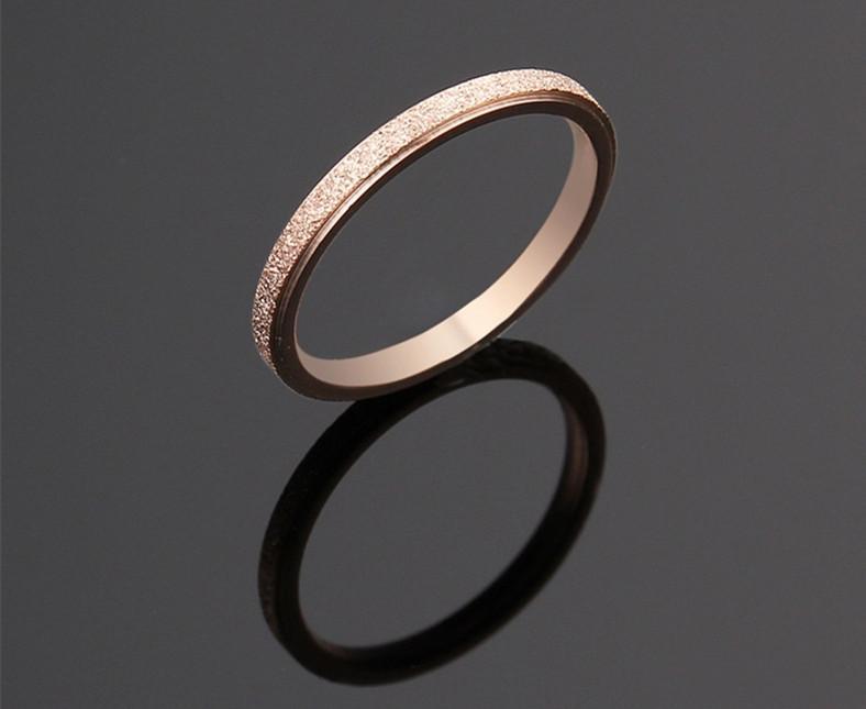 Kadınlar İçin 2mm genişliği Basit Bant Mat Polonya Gümüş Altın Siyah Titanyum Gümüş Paslanmaz Çelik Yüzük