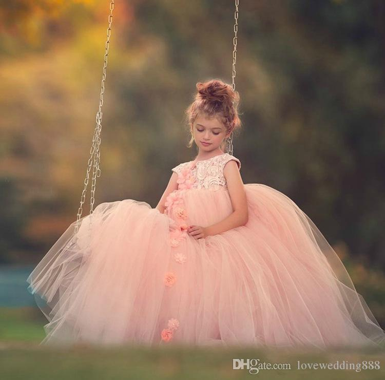 2019 robes de filles coiffées de bijoux de cou de dentelle de mariage de fleur avec des fleurs faites à la main longue balayage tulle princesse parti robes de reconstitution historique