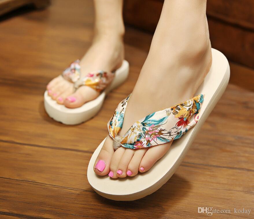 Verão New Bohemian Mulheres Chinelos Designer cetim Wedge com anti-derrapante pés Flip Flops Mulheres Praia Chinelos