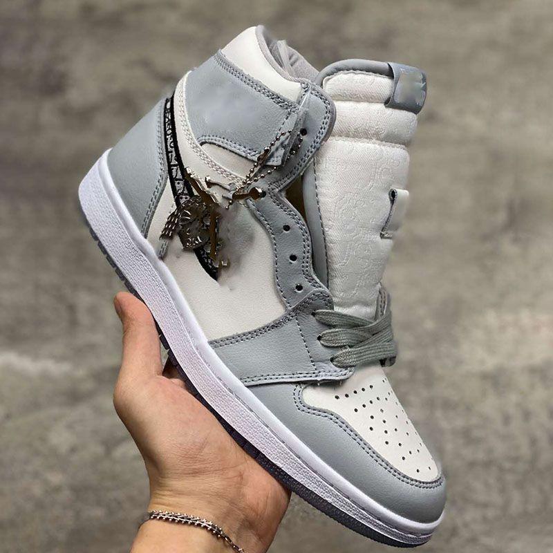NIKE Air Jordan 1 AJ1 x Dior Avec la boîte Nouveau officiellement révélé la collaboration anniversaire gris blanc étiquette de style de la mode française chaussure Kim Jones