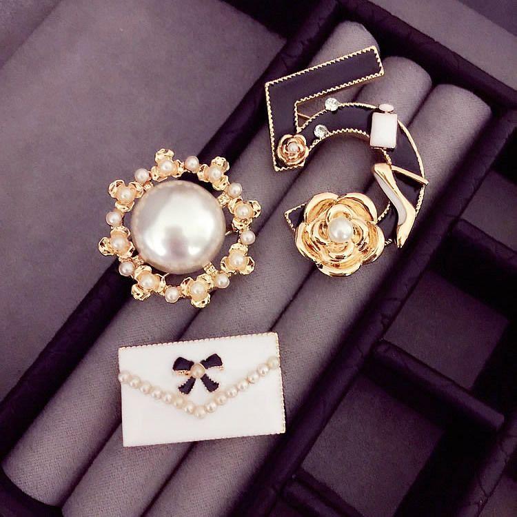 Número B42 5 de pérolas estilo combinação CC famoso designer de jóias 2016 broche espeto para mulheres Sweater Dress