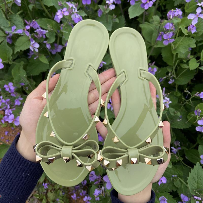 Hot 2020 Fashion Frau Flip Flops Sommer Schuhe kühlen Strand Nieten großen Bogen flache Sandalen Marke Geleeschuhe Sandalen Mädchen Größe 36-42 CX200613