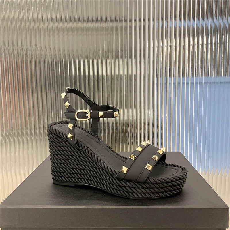 örgülü kama sandalet bayanlar moda vakum elektroliz perçin bantlı kalın baz topuklu sandalet dana
