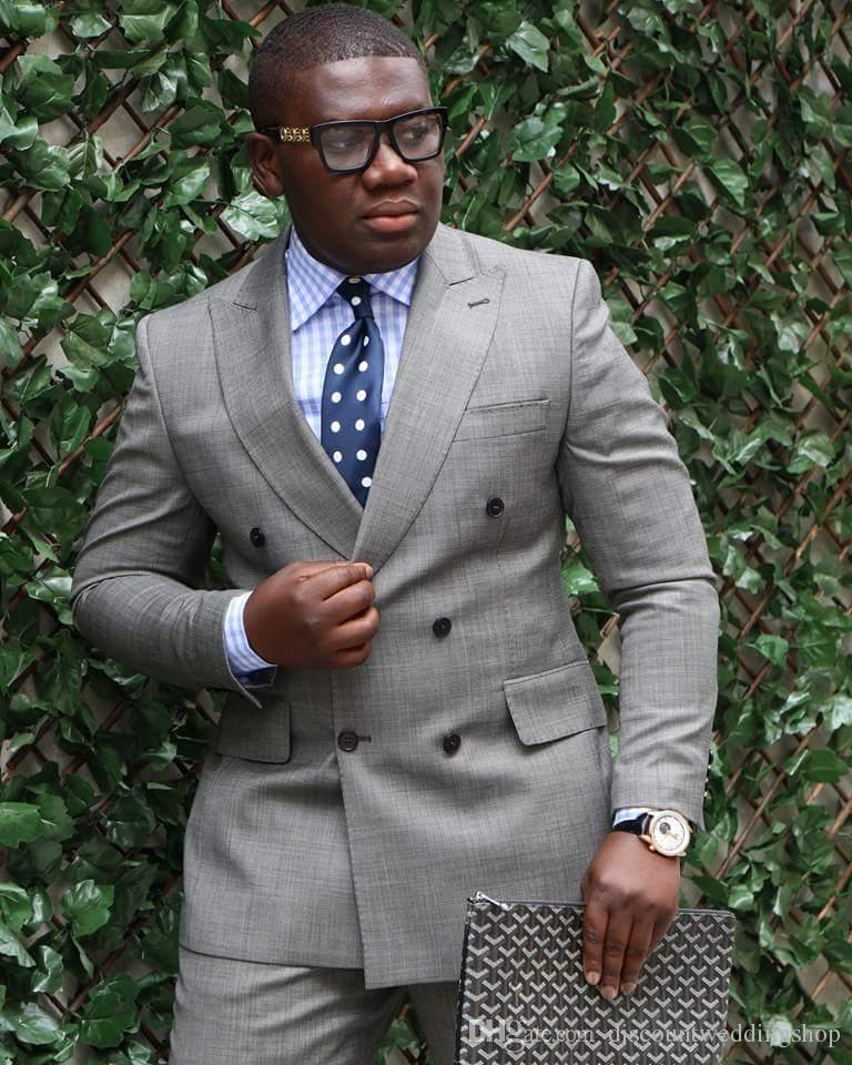 Abiti grigio chiaro doppiopetto picco risvolto Abbigliamento Uomo sposa smoking uomini di partito Blazer commerciali (Jacket + Pants + Papillon) K23
