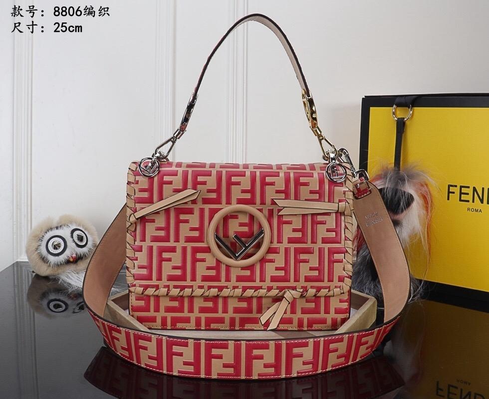 Senhora elegante elegante bolsas virar a retalho é decorado com a mesma cor e a corda e pequeno arco são usados