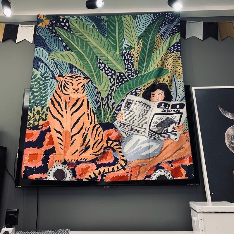 Tiger e menina que lê um livro Tapestry Dormitório Lazer Pendurar pano Sala parede de cortina Bar Hanging Tecido Y200324