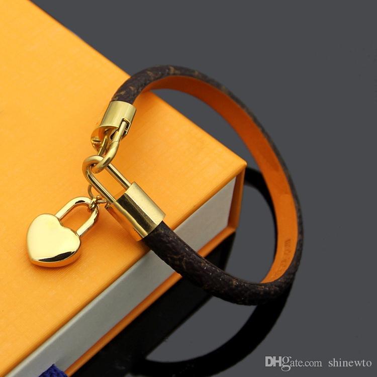 Moda nombre de marca pulseras Señora Flor Ronda de impresión del diseño de letra V cuero de la pulsera del brazalete con el oro 18k colgante del corazón