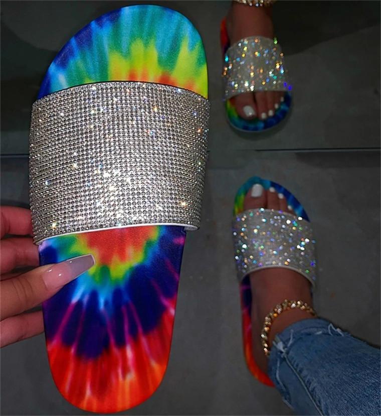 Flip Couleur Talon Vente Femme Percer les glissières Gling Diapositives Anti-Skid Chaussures Été Sumid Cravate Type Bas Tops Plat Sandales Pantoufles D61008 Bling Cryling Jsop
