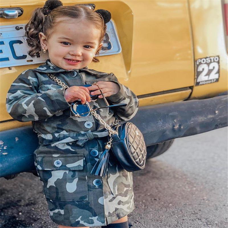 Kleinkinder Jungen-Mädchen-Trenchcoat Langarm Tarnung Printed Trench-Knopf Tasche beiläufige Jacken-Mantel Herbst Frühling Outwear 1-6Y