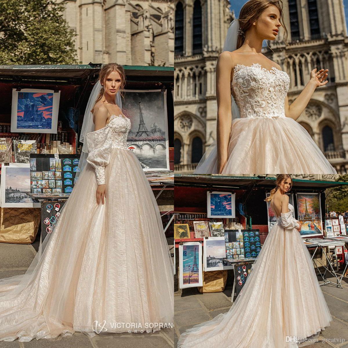 Victoria Soprano 2019 abiti da sposa gioiello fuori dalla spalla Sweep pizzo Glitters maniche lunghe treno Abiti da sposa Beach Plus Size Robe de mariée