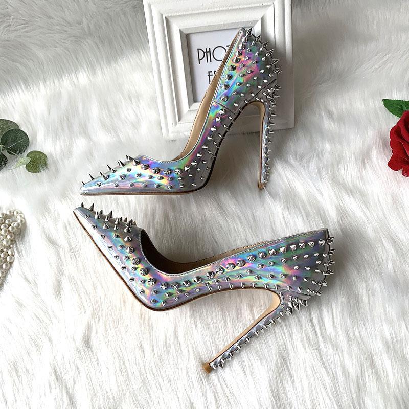 2020 envío gratis de la belleza boda nuevas mujeres de la señora picos de plata tachonado de cuero de patente del láser dedos de los pies zapatos de los talones de estilete Poined tacón alto BOMBAS