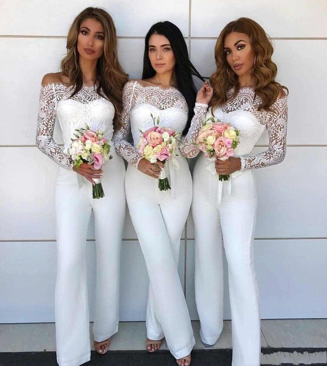 2020 Nuovo bianco sexy tuta da damigella d'onore per i vestiti Matrimoni fuori dalla spalla Mermaid maniche lunghe in pizzo Guaina Pantalone Tute Abiti da damigella d'onore