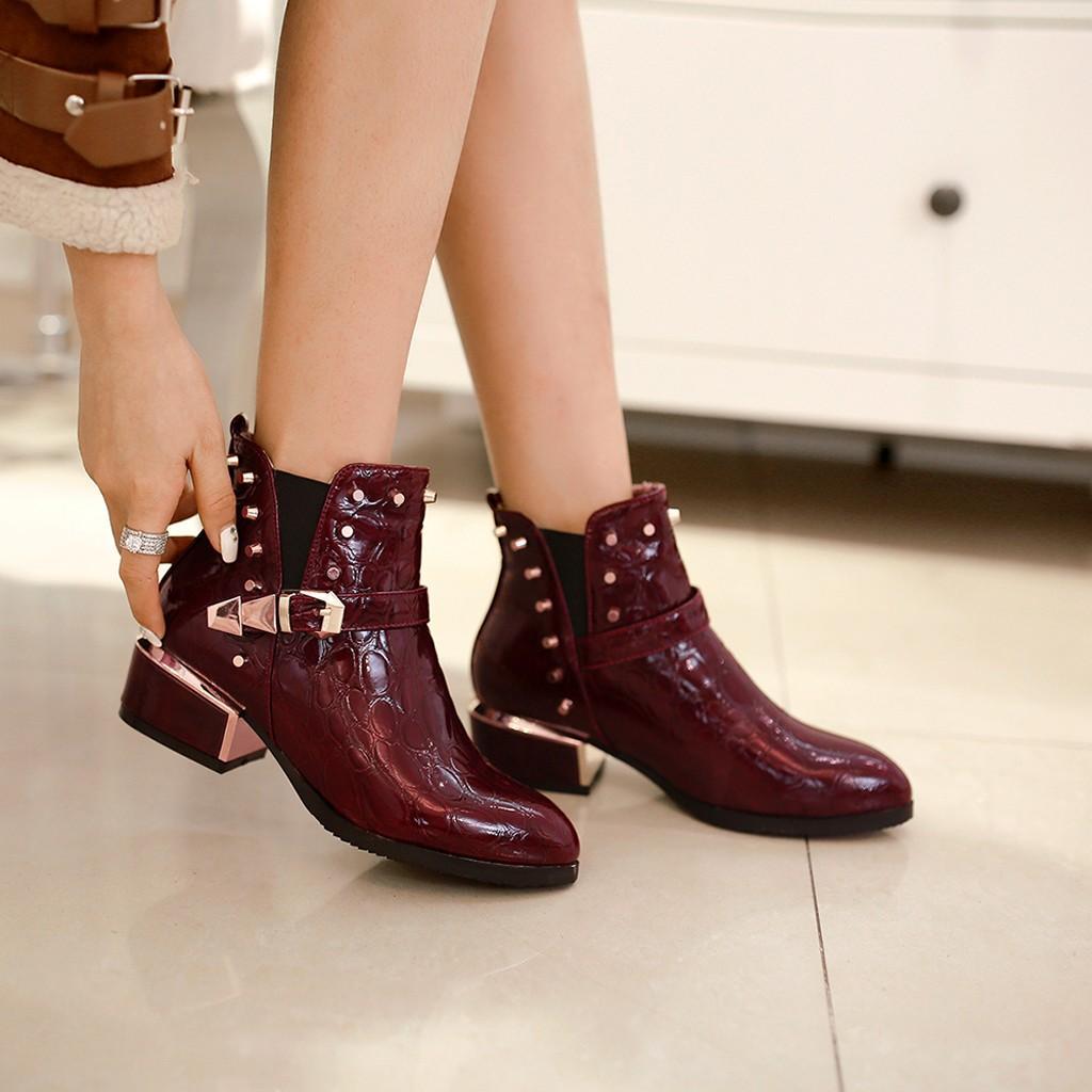 Las mujeres MOTOCYCLE botas de cuero fresco de la patente en punta gruesa botas del tobillo con hebilla de diseño de remaches chaussure femme ete # 101g25
