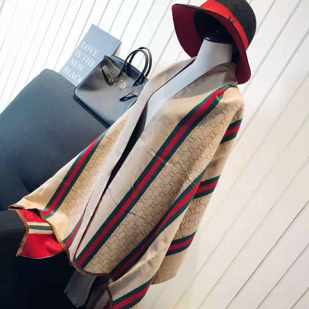 Le concepteur a conçu un sens simple et avancé, un châle de chameau est une texture de cachemire, un sens aigu de la pendaison, une écharpe noble pour femme
