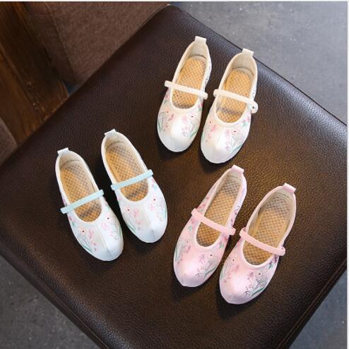 velha Pequim 2020 Novo estilo de roupas chinesas da menina sapatos com levantou único retro estilo nacional Niujiao pano sapatos respirável bordado
