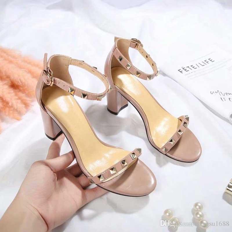 2019 Nuove scarpe di stilisti di lusso di lusso Tacco grosso Pelle Tacco alto Signore Lusso Sexy Rivetti poco profondi Sandali Scarpe eleganti