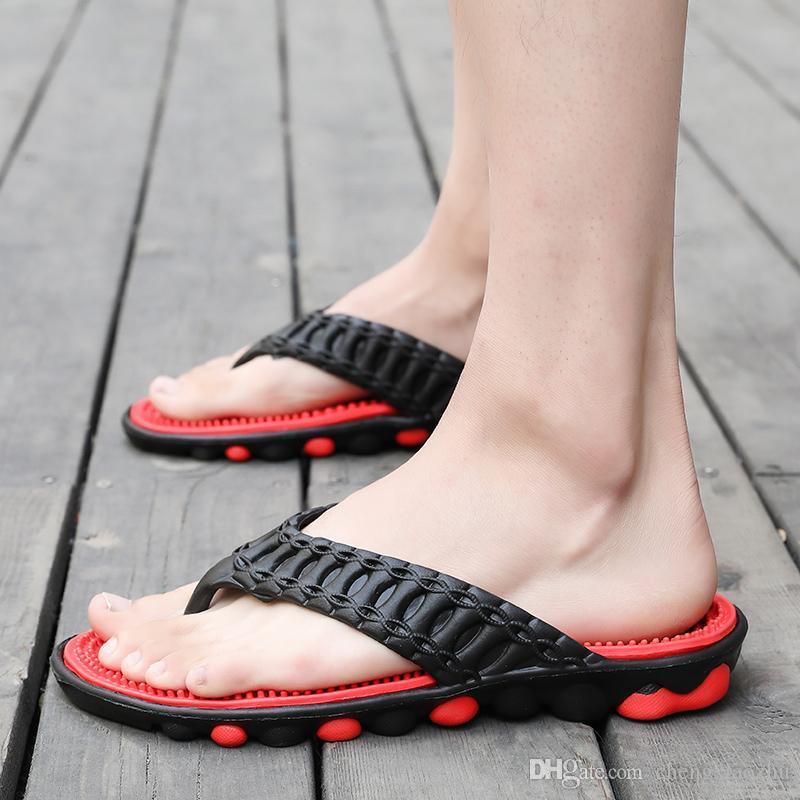 De los hombres calza las sandalias y zapatillas de masaje inferiores cómodas flip-flops antideslizantes suaves desgaste zapatos de la playa junto al mar vacaciones de verano de fondo