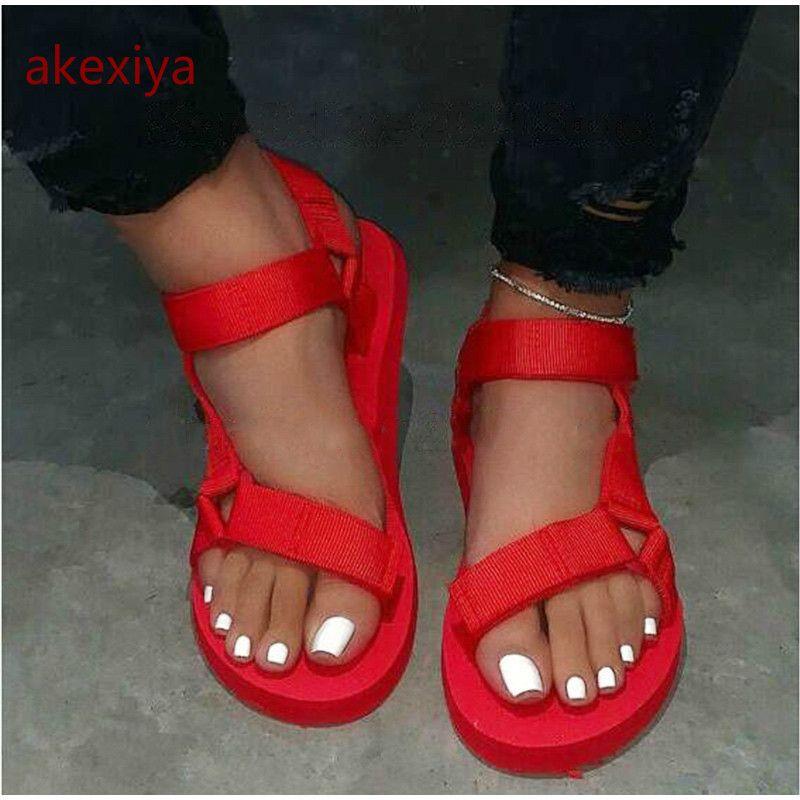 Sandalias de deslizamiento AKEXIYA suave verano de 2020 nuevo de las mujeres de la hebilla de la correa de espuma únicas sandalias duraderos señoras de zapatos al aire libre ocasionales de la playa de la mujer